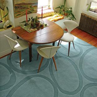 Esempio di una sala da pranzo moderna con pareti bianche e pavimento in legno massello medio