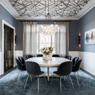 Стильный дизайн: столовая в современном стиле с серыми стенами, темным паркетным полом, коричневым полом, потолком с обоями и панелями на стенах - последний тренд