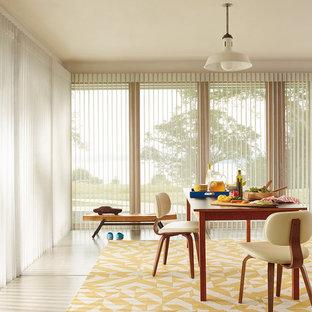 Immagine di una grande sala da pranzo aperta verso il soggiorno moderna con pareti bianche e pavimento in pietra calcarea