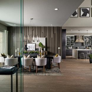Idee per una sala da pranzo aperta verso il soggiorno contemporanea con pareti marroni, pavimento in legno massello medio e pavimento marrone