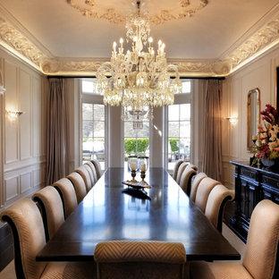 Ispirazione per un'ampia sala da pranzo tradizionale con pareti bianche, parquet scuro e pavimento nero