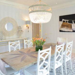 Idee per un'ampia sala da pranzo aperta verso la cucina tradizionale con pareti grigie, pavimento in legno verniciato, nessun camino e pavimento blu