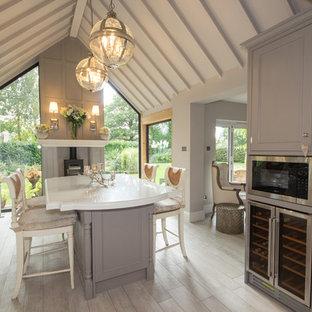 Idéer för en mellanstor lantlig matplats med öppen planlösning, med beige väggar, ljust trägolv, en öppen vedspis och en spiselkrans i trä
