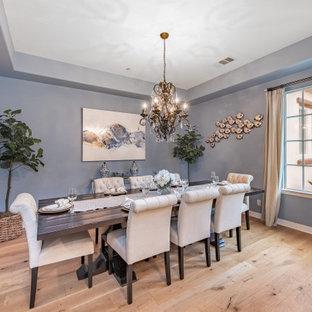 Immagine di un'ampia sala da pranzo mediterranea chiusa con pareti blu, parquet chiaro e pavimento beige
