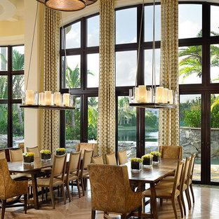 Ispirazione per un'ampia sala da pranzo mediterranea con pareti gialle, parquet chiaro e nessun camino