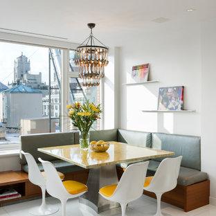 Immagine di un'ampia sala da pranzo aperta verso il soggiorno design con pareti bianche, pavimento in gres porcellanato e pavimento bianco