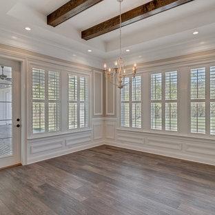 Idee per una grande sala da pranzo aperta verso la cucina country con pareti grigie, pavimento in vinile e pavimento marrone