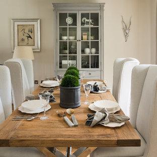 Idée de décoration pour une salle à manger champêtre avec un mur beige et un sol en bois clair.