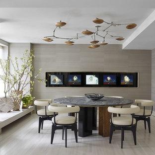 На фото: с высоким бюджетом большие отдельные столовые в современном стиле с черными стенами и полом из травертина