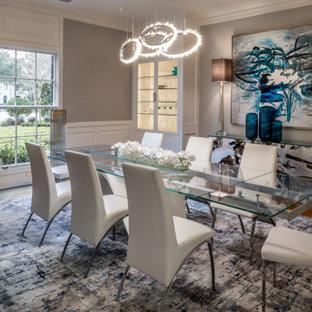 Стильный дизайн: большая отдельная столовая в стиле модернизм с серыми стенами, светлым паркетным полом и желтым полом - последний тренд