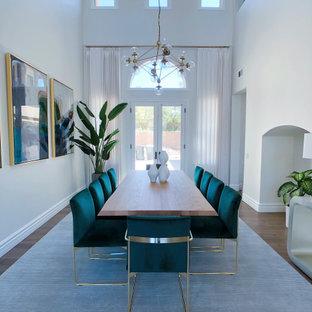 Esempio di una grande sala da pranzo mediterranea chiusa con pareti bianche, pavimento in legno massello medio e pavimento marrone
