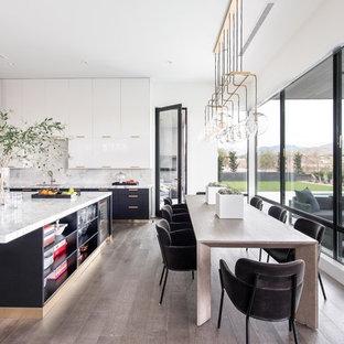 Ispirazione per una sala da pranzo aperta verso la cucina minimal con pareti bianche, parquet scuro, nessun camino e pavimento blu