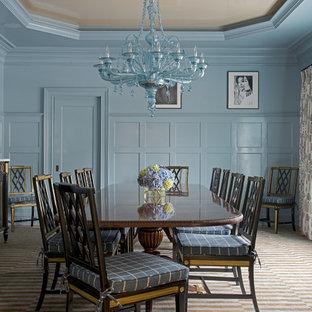 Idée de décoration pour une grand salle à manger victorienne fermée avec un mur bleu, un sol en bois clair et aucune cheminée.