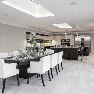 Bild på en mycket stor funkis matplats med öppen planlösning, med klinkergolv i keramik och grått golv