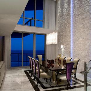 Esempio di una grande sala da pranzo aperta verso il soggiorno minimalista con pareti bianche e pavimento in marmo