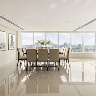 Exemple d'une très grande salle à manger tendance avec un mur beige et un sol en carrelage de porcelaine.