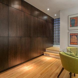 Idee per una sala da pranzo aperta verso il soggiorno contemporanea di medie dimensioni con pareti beige, pavimento in legno massello medio, camino classico e cornice del camino in cemento