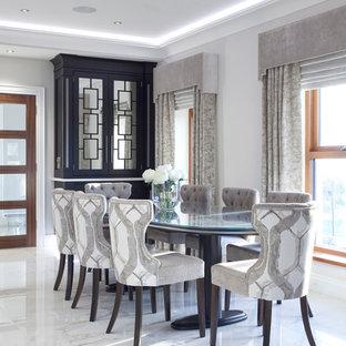 Idee per una sala da pranzo aperta verso il soggiorno design di medie dimensioni con pareti grigie, pavimento in marmo, camino bifacciale e cornice del camino in intonaco