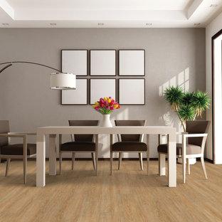 Immagine di una grande sala da pranzo tradizionale chiusa con pareti grigie, pavimento in vinile e nessun camino