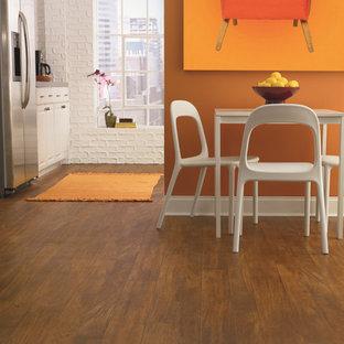 Inspiration pour une petite salle à manger ouverte sur la cuisine design avec un mur orange, un sol en vinyl, aucune cheminée et un sol marron.