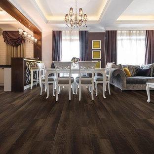 Immagine di una grande sala da pranzo aperta verso la cucina stile americano con pareti bianche, pavimento in vinile e pavimento marrone