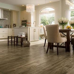 Immagine di una grande sala da pranzo aperta verso la cucina moderna con pareti bianche, pavimento in vinile e pavimento grigio