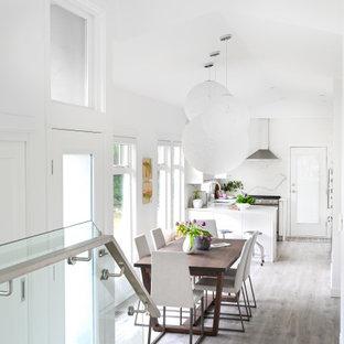 Modern inredning av ett litet kök med matplats, med vita väggar, laminatgolv och grått golv