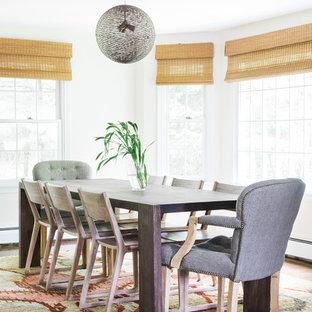 Новые идеи обустройства дома: столовая в морском стиле с белыми стенами, темным паркетным полом и коричневым полом