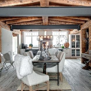 Ejemplo de comedor de cocina rústico con paredes grises y suelo de madera en tonos medios