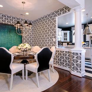 Ispirazione per una sala da pranzo minimal con pareti multicolore, parquet scuro e pavimento marrone