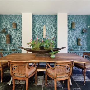 Diseño de comedor actual con paredes azules