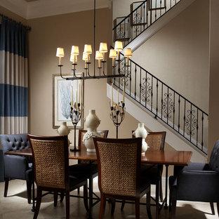 Diseño de comedor clásico con paredes beige y suelo de mármol