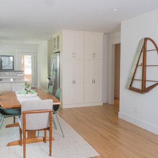 Ispirazione per una sala da pranzo bohémian di medie dimensioni con pareti bianche, pavimento in legno massello medio e pavimento giallo