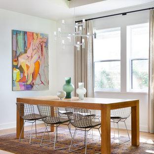 オースティンの中くらいのコンテンポラリースタイルのおしゃれなダイニングキッチン (白い壁、板張り天井、折り上げ天井、淡色無垢フローリング、ベージュの床) の写真