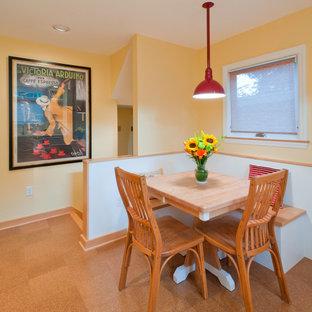 他の地域の小さいトラディショナルスタイルのおしゃれなダイニングキッチン (黄色い壁、コルクフローリング) の写真