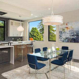 Offenes, Mittelgroßes Modernes Esszimmer ohne Kamin mit beiger Wandfarbe, braunem Holzboden und braunem Boden in Seattle