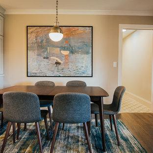 Imagen de comedor de cocina clásico renovado, extra grande, con paredes grises, suelo de madera en tonos medios, chimenea de esquina, marco de chimenea de piedra y suelo marrón