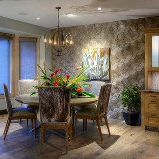 Modelo de comedor minimalista, de tamaño medio, abierto, sin chimenea, con paredes beige, suelo de madera clara y marco de chimenea de hormigón