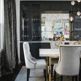 Foto di una sala da pranzo eclettica di medie dimensioni con pareti bianche, parquet scuro e nessun camino