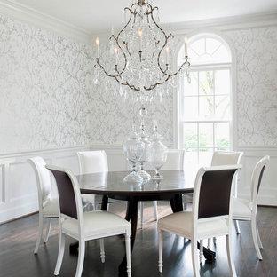 Inspiration för en vintage matplats, med vita väggar och mörkt trägolv