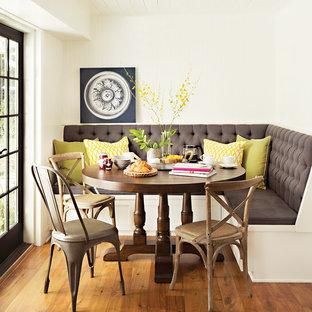 Ispirazione per una piccola sala da pranzo country con pareti beige, pavimento in legno massello medio e nessun camino