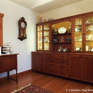 シアトルの中サイズのおしゃれなLDK (白い壁、竹フローリング、標準型暖炉、石材の暖炉まわり) の写真