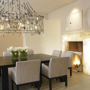 Esempio di una sala da pranzo mediterranea con pareti beige e camino classico