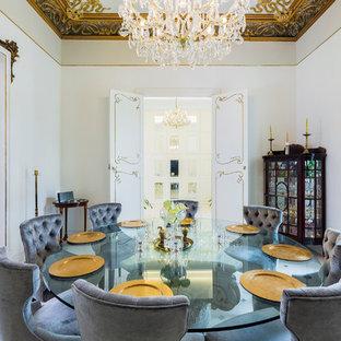 Foto di una grande sala da pranzo classica chiusa con pareti bianche e nessun camino