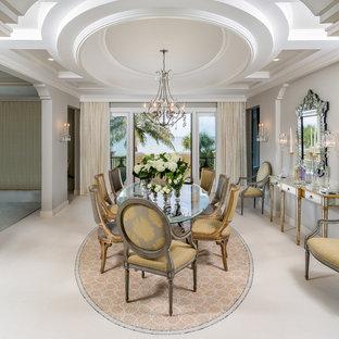Ispirazione per un'ampia sala da pranzo tradizionale con pavimento in pietra calcarea e pareti grigie