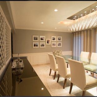 Идея дизайна: большая столовая в современном стиле с серыми стенами и мраморным полом без камина