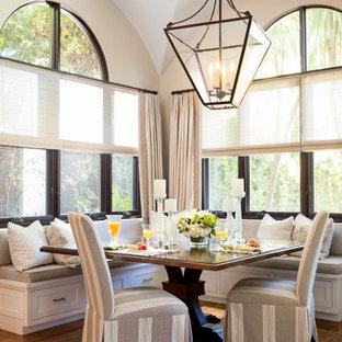 Идея дизайна: большая столовая в средиземноморском стиле с белыми стенами, паркетным полом среднего тона, коричневым полом и сводчатым потолком