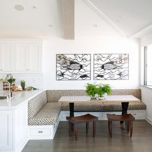 Esempio di una sala da pranzo aperta verso la cucina costiera con pareti bianche e parquet scuro