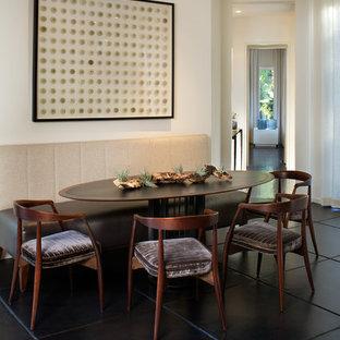 Exemple d'une salle à manger ouverte sur la cuisine moderne de taille moyenne avec un mur beige, un sol en carrelage de céramique et un sol noir.