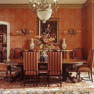 Esempio di una grande sala da pranzo tradizionale chiusa con pareti rosse, pavimento in legno massello medio e pavimento marrone